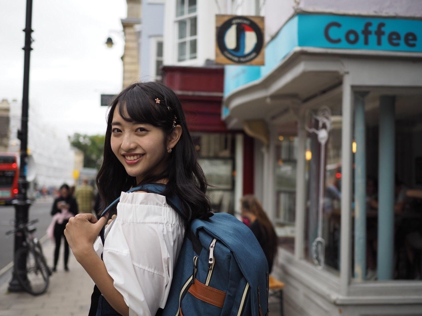 藤本万梨乃イギリス留学でリュックを背負う学生姿