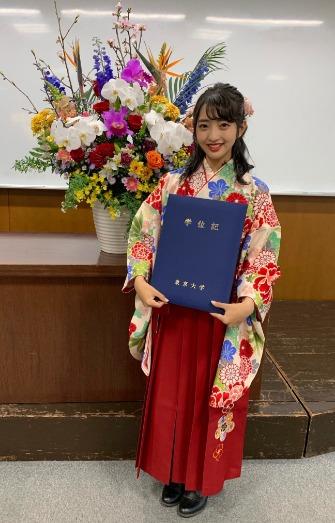 藤本万梨乃東大卒業証書を持った画像