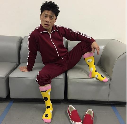 クドカンファミリー俳優三宅弘城黄色い靴下でポーズを決める画像
