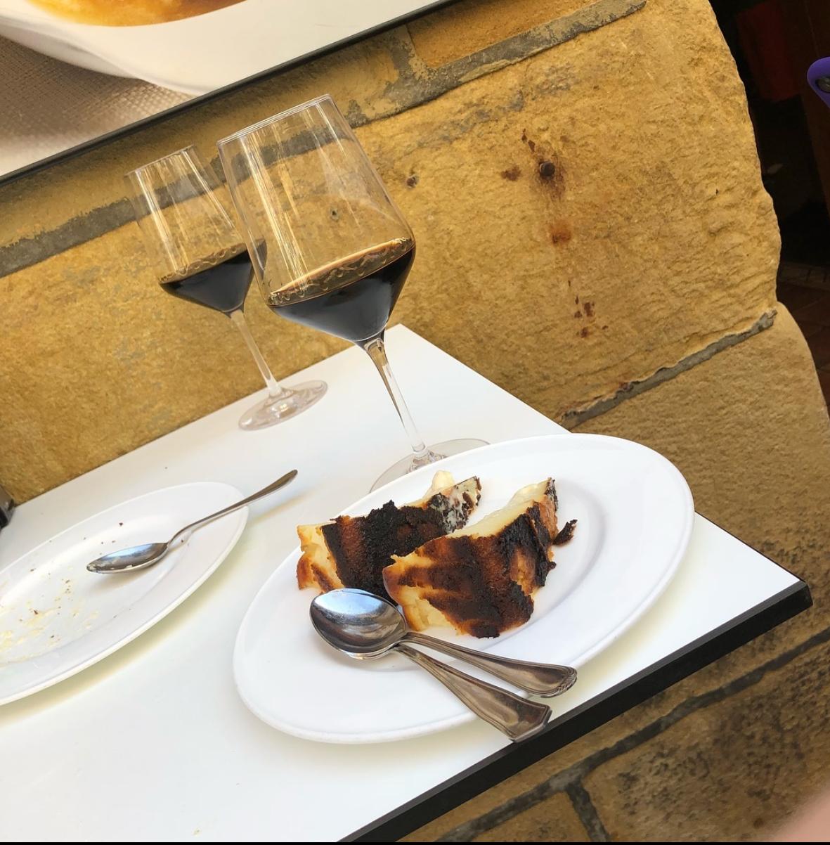 スペインの本家ではワインと食すバスクチーズケーキ