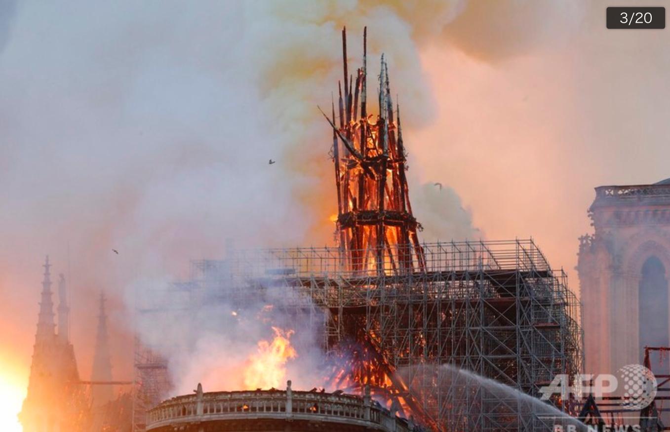 燃え続けるノートルダム大聖堂