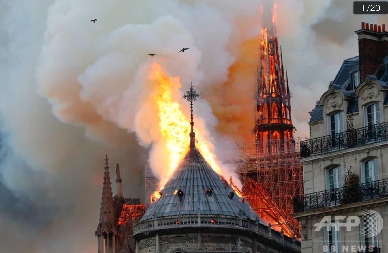 火事で崩れ落ちていくノートルダム大聖堂