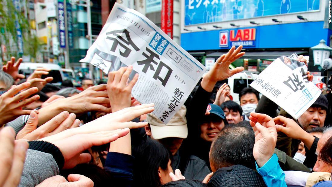 新元号「令和」の号外を取り合う日本人