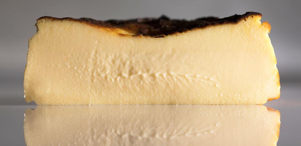 バスクチーズケーキの中はレアチーズケーキのようなとろり感
