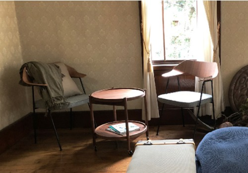 紐倉博士の部屋のテーブルと椅子セット
