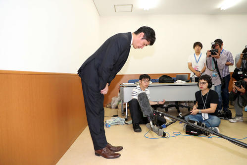 DeNA横浜の代表三原が謝罪会見