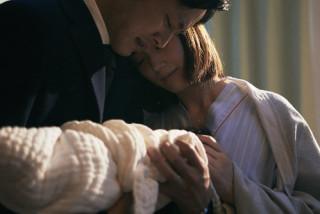 内閣府を裏切ることに決めた杉原が奥さんと子供を抱きしめるシーン