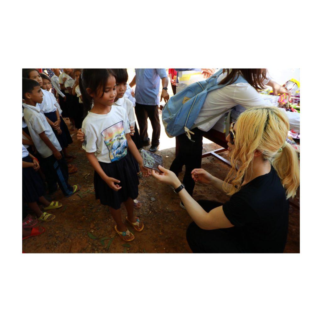 ローランドが本の印税をカンボジアの学校設立に全額寄付
