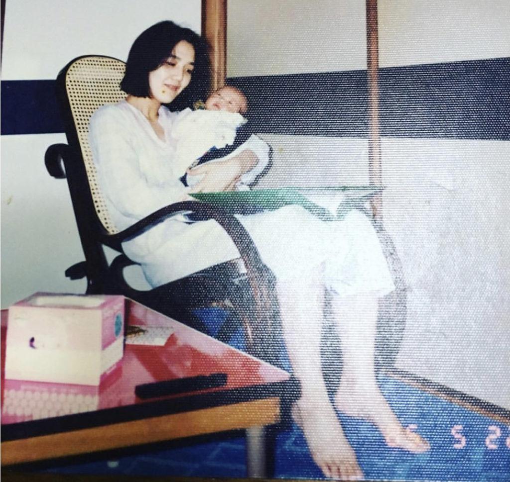 川口春奈の母親もスレンダーで美人