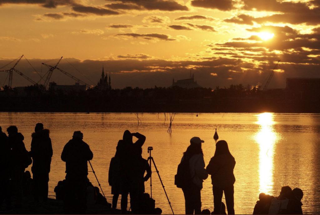 シンデレラ城からの初日の出を撮ろうとするカメラマン